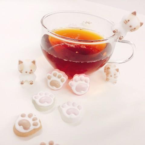 08bc3b8c2ae67 猫の肉球の形をしたお砂糖。 温かい飲み物に入れると下のお砂糖がとけて肉球のメレンゲがふわっと浮かぶという可愛さ…