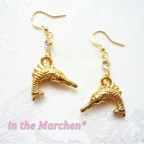 【in the Marchen*】「幻想生物 金の魚の耳飾り」ピアス(ダツ突き刺す魚)