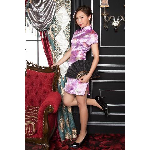 8fcef828d9920 ボディラインを綺麗に見せてくれるチャイナドレス!両脇のスリットは足をセクシーに長く見せてくれる効果も!淡い薄紫に金のお花柄で可愛らしい印象に